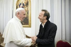 Benigni presenta il nuovo libro del papa.http://www.avvenire.it/Chiesa/Pagine/Pagine-con-perle-lucenti-come-avere-il-Papa-tascabile-La-gioia-segreto-d.aspx